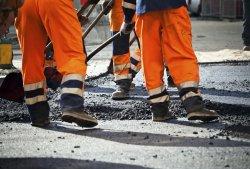 В центральной части города производится ямочный ремонт дорог