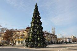 В центре Бендер установили главную елку