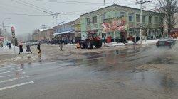 В борьбе со стихией. На уборку снега мобилизованы силы всех городских служб