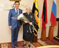 В Государственной администрации поздравили легендарную ткачиху с юбилеем