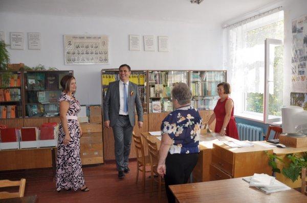 День знаний с градоначальником: Роман Иванченко побывал на линейке в родной школе