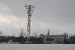 На центральном стадионе демонтируют осветительные мачты