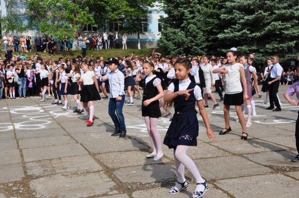 На линейке с градоначальником. Роман Иванченко посетил Последний звонок в 16-й школе