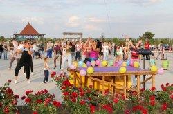 Встреча двух эпох. В парке А. Невского воссоздали атмосферу 90-х