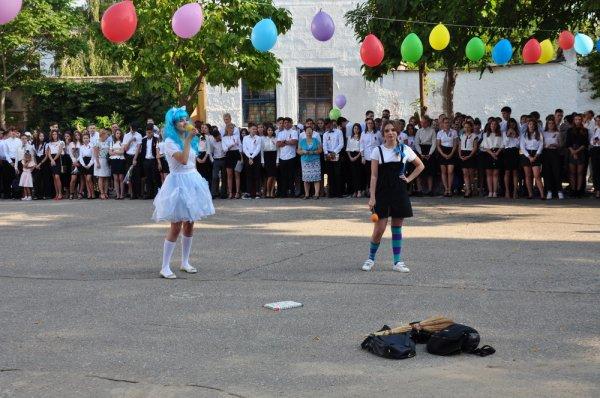 На линейке с градоначальником. Роман Иванченко посетил Первый звонок в гимназии №2