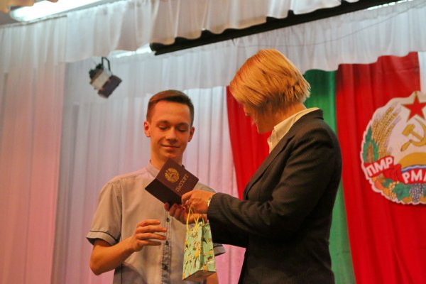 В День Конституции юным бендерчанам вручили паспорта