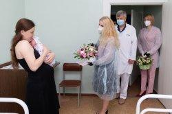 От имени Главы государства и всех приднестровцев новорожденных бендерчан и их мам поздравила супруга Президента ПМР Светлана Красносельская