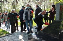 Руководство города и общественники возложили цветы к памятнику чернобыльцам-ликвидаторам