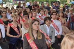 Бендерским выпускникам вручают аттестаты