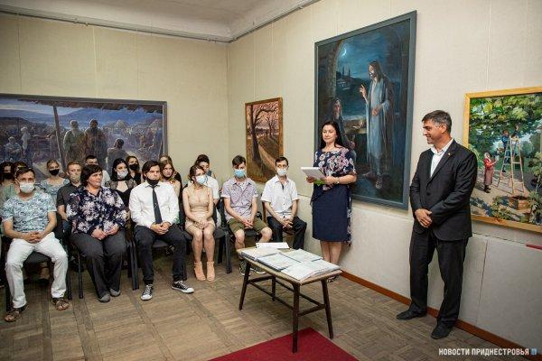 Выпускники Бендерского художественного колледжа представили выставку дипломных работ