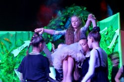 На сцене городского дворца культуры им. Ткаченко состоялась премьера детского пластического спектакля «Приключения Алисы» (+фотоотчет)