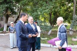Глава Бендер Роман Иванченко поздравил ветерана ВОВ Николая Королева с Днем освобождения города и прошедшим 9 Мая